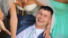Το Croissant newlyweds έχει τη διασκέδαση στο πάρκο ευτυχής εκλεκτής ποιότητας γάμος ημέρας ζευγών ιματισμού απόθεμα βίντεο