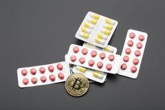 Το cryptocurrency bitcoin ως επιλογή πληρωμής για τα φάρμακα χρυσή ιδιοκτησία βασικών πλήκτρων επιχειρησιακής έννοιας που φθάνει  Στοκ φωτογραφίες με δικαίωμα ελεύθερης χρήσης