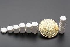 Το cryptocurrency bitcoin ως επιλογή πληρωμής για τα φάρμακα χρυσή ιδιοκτησία βασικών πλήκτρων επιχειρησιακής έννοιας που φθάνει  Στοκ Φωτογραφία