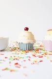 Το Cupcake και ζωηρόχρωμος ψεκάζει στοκ φωτογραφίες με δικαίωμα ελεύθερης χρήσης