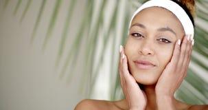 Το cWho γυναικών φροντίζει το πρόσωπό της απόθεμα βίντεο