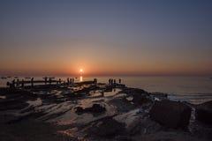 Το cWho κάποιου παίρνει τις γαμήλιες φωτογραφίες κατά τη διάρκεια του ηλιοβασιλέματος στοκ εικόνες