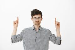 Το cWho κρέμασε αυτήν την φοβερή διαφήμιση Ενοχλημένος το ελκυστικό αρσενικό πρότυπο με το moustache και η γενειάδα στα στρογγυλά στοκ εικόνα με δικαίωμα ελεύθερης χρήσης