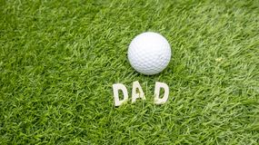 Το DAD γκολφ είναι στην πράσινη χλόη στοκ εικόνες με δικαίωμα ελεύθερης χρήσης