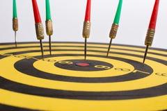 Το Dartboard στα άσπρα βέλη υποβάθρου χάνει τον κεντρικό στόχο Στοκ φωτογραφία με δικαίωμα ελεύθερης χρήσης
