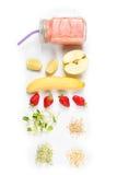 Το Detox καθαρίζει τα συστατικά καταφερτζήδων ποτών, φρούτων και μούρων Φυσικός, οργανικός υγιής χυμός για τη διατροφή απώλειας β στοκ εικόνα