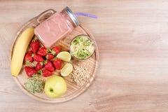 Το Detox καθαρίζει τα συστατικά καταφερτζήδων ποτών, φρούτων και μούρων Φυσικός, οργανικός υγιής χυμός για τη διατροφή απώλειας β στοκ εικόνα με δικαίωμα ελεύθερης χρήσης