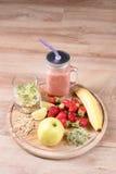 Το Detox καθαρίζει τα συστατικά καταφερτζήδων ποτών, φρούτων και μούρων Φυσικός, οργανικός υγιής χυμός για τη διατροφή απώλειας β στοκ εικόνες με δικαίωμα ελεύθερης χρήσης