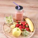 Το Detox καθαρίζει τα συστατικά καταφερτζήδων ποτών, φρούτων και μούρων Φυσικός, οργανικός υγιής χυμός για τη διατροφή απώλειας β στοκ εικόνες