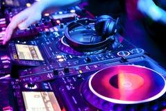 Το DJ αναμιγνύει τη διαδρομή Στοκ εικόνα με δικαίωμα ελεύθερης χρήσης