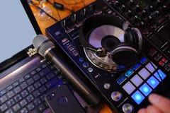 το DJ αναμιγνύει τη διαδρομ Στοκ εικόνες με δικαίωμα ελεύθερης χρήσης
