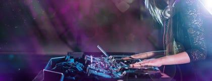 το DJ αναμιγνύει τη διαδρομ ελεύθερη απεικόνιση δικαιώματος