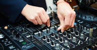 Το DJ αναμιγνύει τη διαδρομή στο νυχτερινό κέντρο διασκέδασης στο κόμμα διανυσματική απεικόνιση