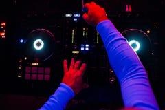 Το DJ παίζει τη μουσική στην επαγγελματική μουσική αναμικτών στο κόμμα η άποψη από την κορυφή Στοκ Φωτογραφία