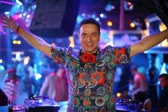 Το DJ σε μια λέσχη αύξησε τα χέρια του επάνω στοκ εικόνες