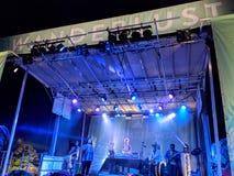 Το DJ Drez και η καλή συντριβή αποδίδουν στη σκηνή κατά τη διάρκεια ενός βραδιού concer στοκ φωτογραφία με δικαίωμα ελεύθερης χρήσης