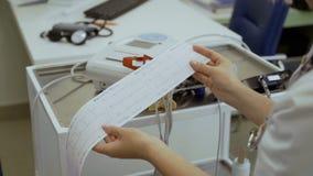Το Doct παρουσιάζει αποτελέσματα electrocardiography φιλμ μικρού μήκους