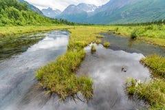 Το Eagle River της Αλάσκας ` s τυλίγει τον τρόπο του μεταξύ των βουνών Chugach Στοκ Εικόνες