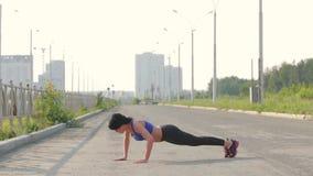 το ealthy κορίτσι πηγαίνει αθλητισμός τρόπου ζωής απόθεμα βίντεο