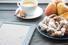 Το EBook και η βαυαρική κρέμα ξεφυσούν με το συντριμμένο φοντάν φουντουκιών και λεμονιών σε ένα μπλε πιάτο Στο υπόβαθρο είναι ένα Στοκ Εικόνες