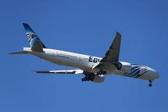 Το EgyptAir Boeing 777 κατεβαίνει για την προσγείωση στο διεθνή αερολιμένα JFK στη Νέα Υόρκη Στοκ φωτογραφία με δικαίωμα ελεύθερης χρήσης