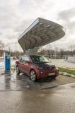 Το Electromobile χρεώνει στο σταθμό Στοκ Φωτογραφίες