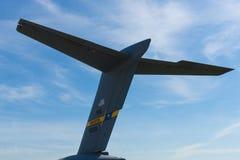 Το empennage ενός στρατηγικού και τακτικού airlifter Boeing γ-17 Globemaster ΙΙΙ Στοκ φωτογραφίες με δικαίωμα ελεύθερης χρήσης