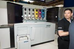 Το Epson παρουσιάζει paperlab τη μηχανή ανακύκλωσης a8000 CeBIT το 2017 Στοκ εικόνα με δικαίωμα ελεύθερης χρήσης