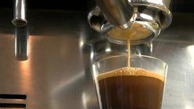 Το Espresso χύνει από τη μηχανή καφέ φιλμ μικρού μήκους