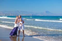 Το FamilFamily έχει τη διασκέδαση στην παραλία θάλασσας στο sunsety να έχει τη διασκέδαση Στοκ Εικόνες