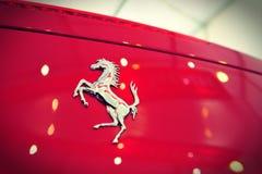 Το Ferrari 458 μετατρέψιμο σπορ αυτοκίνητο αραχνών στην επίδειξη κατά τη διάρκεια του γιοτ της Σιγκαπούρης παρουσιάζει σε έναν βαθ Στοκ Φωτογραφία