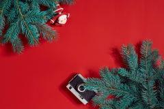 Το FIR διακλαδίζεται σύνορα στο κόκκινο υπόβαθρο, καλό για το σκηνικό Χριστουγέννων Στοκ φωτογραφία με δικαίωμα ελεύθερης χρήσης