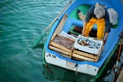 Το Fishermans με μια σύλληψη στο λιμένα ξεφορτώνει το τους στην ξηρά Στοκ Εικόνες