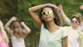 Το Flirty ανάμιξε τη θηλυκή ένωση φυλών έξω στο κόμμα στο πάρκο, θερινό Σαββατοκύριακο, νεολαία απόθεμα βίντεο
