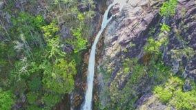 Το Flycam παρουσιάζει έναρξη tagu καταρρακτών μεταξύ των απότομων βράχων στη ζούγκλα φιλμ μικρού μήκους