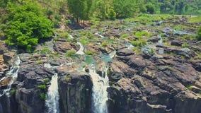 Το Flycam παρουσιάζει δύσκολους καταρράκτες ορμητικά σημείων ποταμού ενάντια στις εγκαταστάσεις φιλμ μικρού μήκους