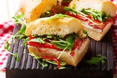 Το Focaccia έψησε τα σάντουιτς arugula κόκκινων πιπεριών Στοκ Φωτογραφία