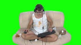 Το Gamer έχει πολύ παίζει ένα τηλεοπτικό παιχνίδι πράσινη οθόνη φιλμ μικρού μήκους