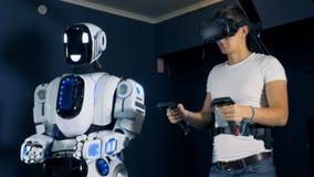 Το Gamer βάζει στα γυαλιά VR και κινεί τα χέρια, κλείνει επάνω απόθεμα βίντεο