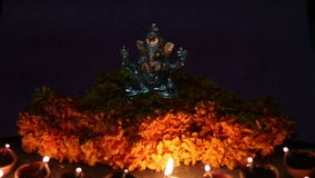 Το ganesha Λόρδου με την ελαιολυχνία και τα λουλούδια αργίλου, ganesh φεστιβάλ chaturhti και προσεύχεται για τον ινδικό Θεό απόθεμα βίντεο