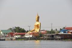 """Το Ganesh""""Phra Puttha Mongkol Chai† είναι ένα μεγάλο άγαλμα του Βούδα στο κτύπημα Jak, pak-Kret Wat σε Nonthaburi α στη λάρν Στοκ Εικόνες"""
