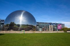 Το Geode στην πόλη της επιστήμης και τη βιομηχανία στο πάρκο Villette, Παρίσι, Ιταλία στοκ εικόνα