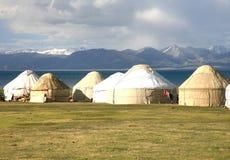 Το ger στρατόπεδο σε ένα μεγάλο λιβάδι στη λίμνη τραγουδιού kul, Naryn του Κιργιστάν Στοκ φωτογραφίες με δικαίωμα ελεύθερης χρήσης