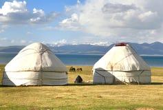 Το ger στρατόπεδο σε ένα μεγάλο λιβάδι στη λίμνη τραγουδιού kul, Naryn του Κιργιστάν Στοκ Εικόνα