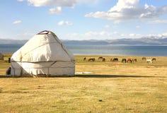 Το ger στρατόπεδο σε ένα μεγάλο λιβάδι στη λίμνη τραγουδιού kul, Naryn του Κιργιστάν Στοκ Εικόνες