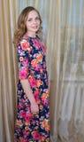 Το Ggirl είναι σε ένα όμορφο θερινό φόρεμα στοκ εικόνες