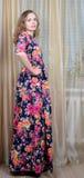 Το Ggirl είναι σε ένα όμορφο θερινό φόρεμα στοκ εικόνα