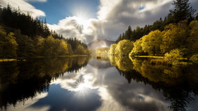 Το Glencoe Lochan με μια σαφή αντανάκλαση το φθινόπωρο στοκ εικόνες