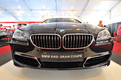 Το gran coupe της BMW 640i στην επίδειξη κατά τη διάρκεια του γιοτ της Σιγκαπούρης παρουσιάζει σε έναν βαθμό 15 όρμο Sentosa λεσχώ Στοκ Εικόνες