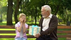 Το Granddad δίνει το παρόν γενεθλίων στον εγγονό, ονειρεύεται ερχόμενο αληθινό, ευτυχία παιδιών φιλμ μικρού μήκους